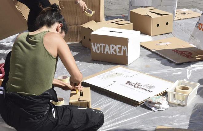 Pintado de urnas en una manifestación en Badalona.