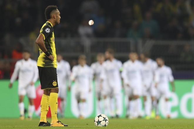 Aubameyang, con los jugadores del Real Madrid al fondo, durante el partido disputado en Dortmund.