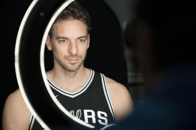 El jugador de San Antonio Spurs, Pau Gasol, posa durante una sesión de fotos en el Día de Medios de los Spurs, en San Antonio.