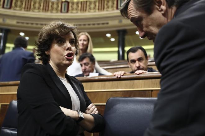 Soraya Sáenz de Santamaría charla con el portavoz parlamentario del...
