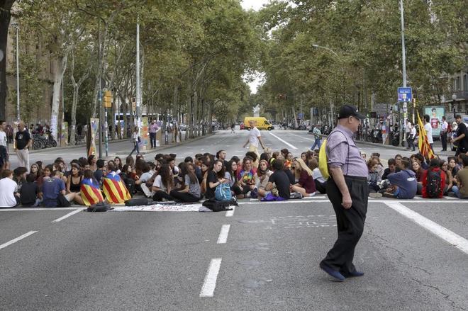 Estudiantes en huelga hacen una sentada en Gran Vía-Plaza Universidad...