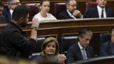 El diputado de ERC Gabriel Rufián hace un gesto a la bancada del...