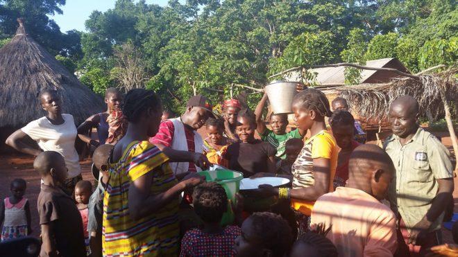 Personal de Médicos sin Fronteras (MSF) distribuye agua a desplazados por la violencia en Zemio.
