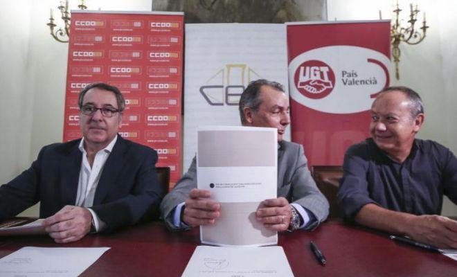 El presidente de la patronal autonómica (CEV), Salvador Navarro, y los secretarios generales de CCOO PV y UGT PV, Arturo León e Ismael Sáez, firman el Manifiesto por una financiación.