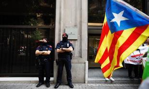 Dos agentes de los mossos frente a la puerta de la Fiscalía Superior...