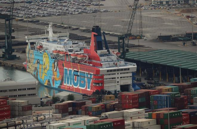 El ferry Moby Dada, con personajes de dibujos animados, en el puerto...