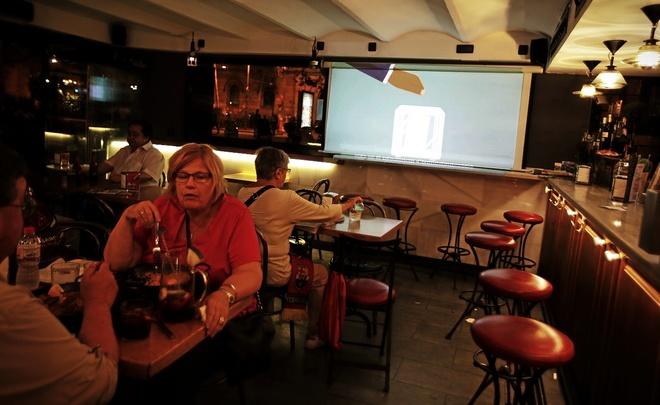 Un bar de Barcelona con una televisión en la que sintoniza TV3 emite...