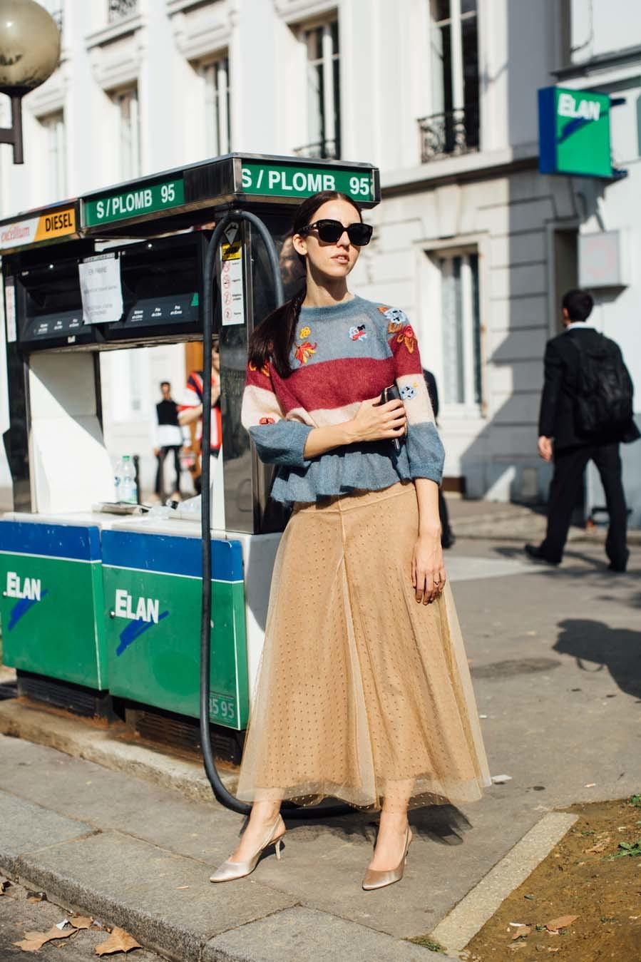 Falda larga de tul con jersey a rayas - Street Style - Paris Fashion...