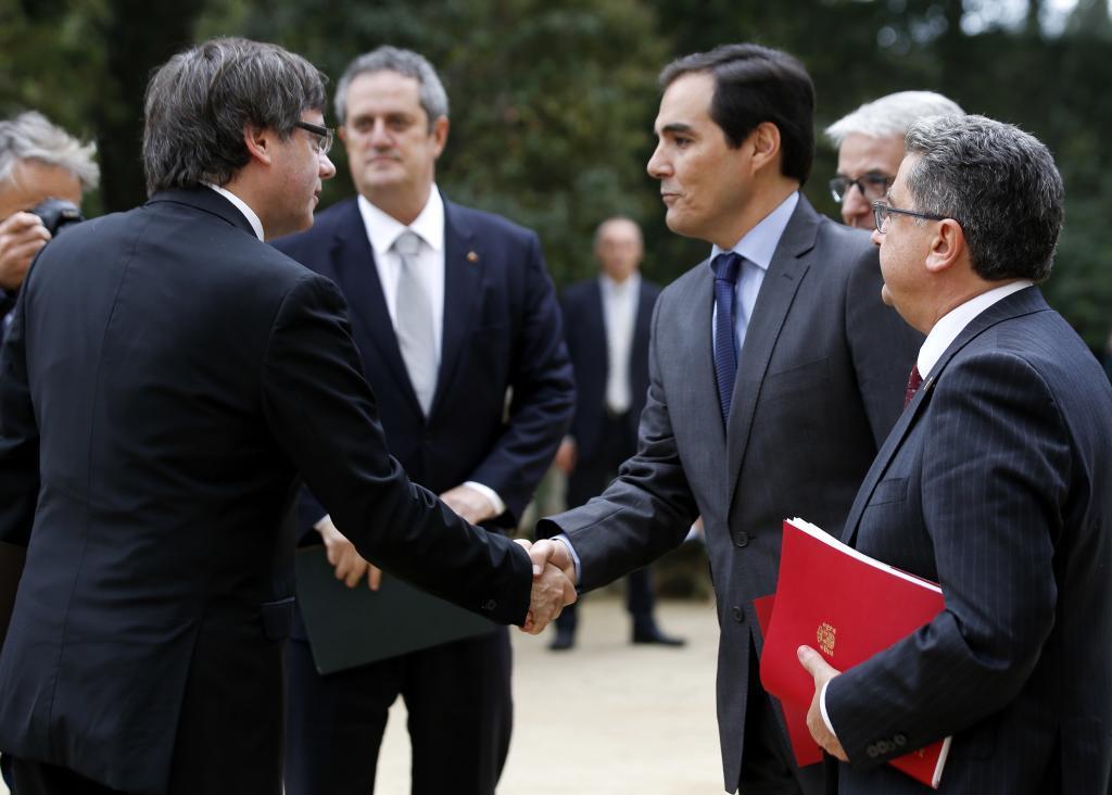 Carles Puigdemont saluda al secretario de Estado de Seguridad, José...