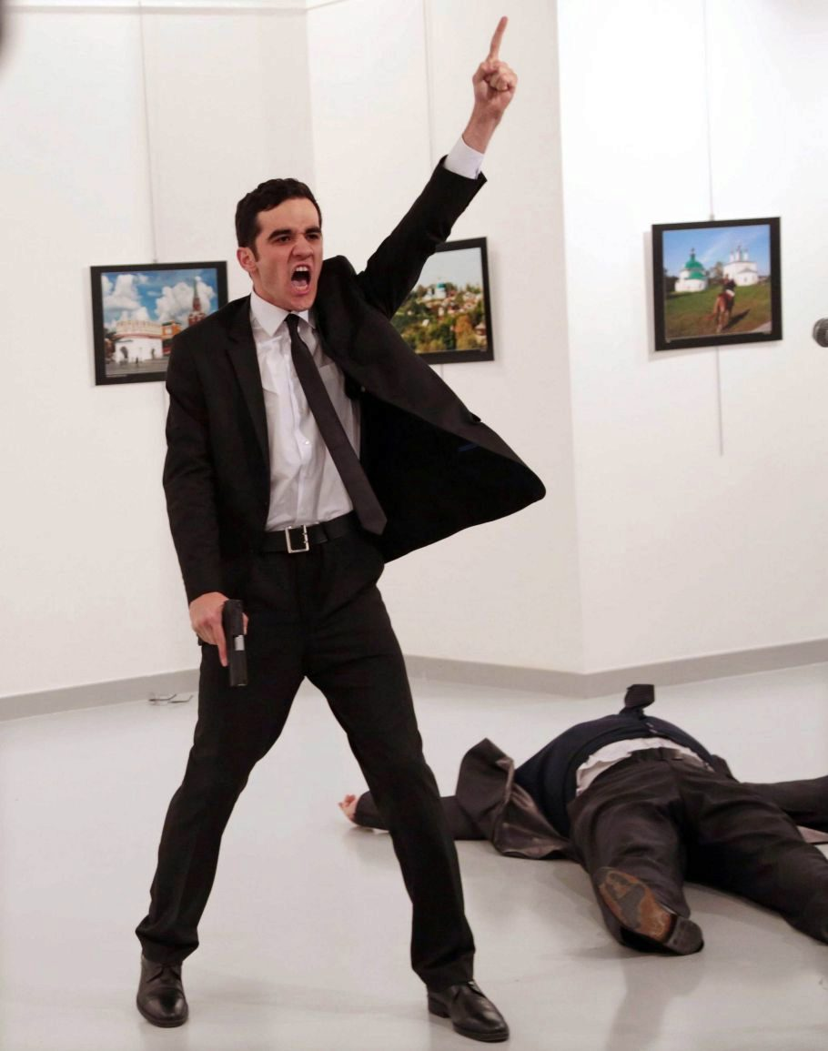 El embajador ruso Andrey Karlov fue asesinado por un policía turco...
