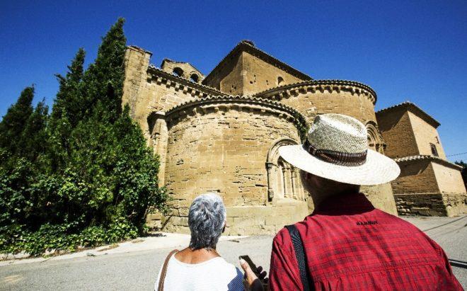 Dos turistas observan el exterior del Monasterio de Sijena.
