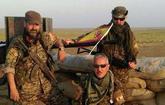 En el centro y a la derecha, con gafas de sol, los dos militares...