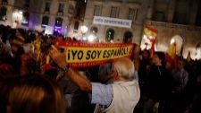 Un asistente porta una bandera española en el acto contra el...