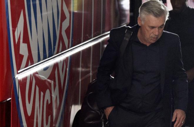 Carlo Ancelotti, sale del autobús del equipo a su llegada a Múnich, Alemania.
