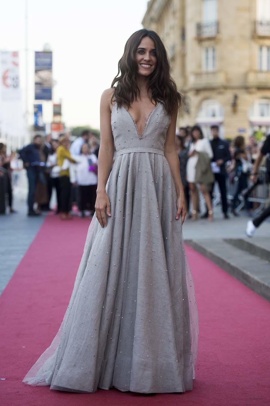 La actriz, muy guapa, en la alfombra roja donostiarra, con un vestido...