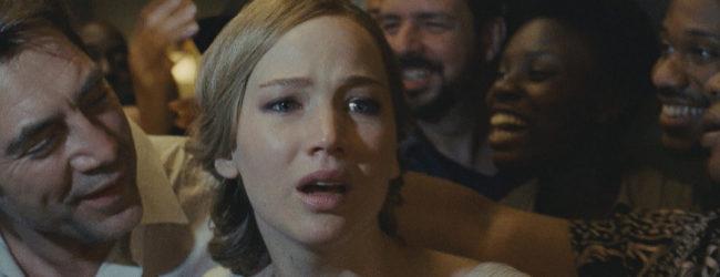 Fuera de mi casa. La madre del título (Jennifer Lawrence) junto a su...