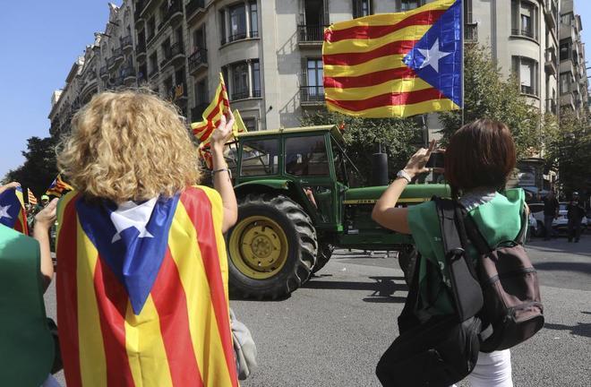 Una mujer aplaude durante la protesta de tractoristas llegados al...