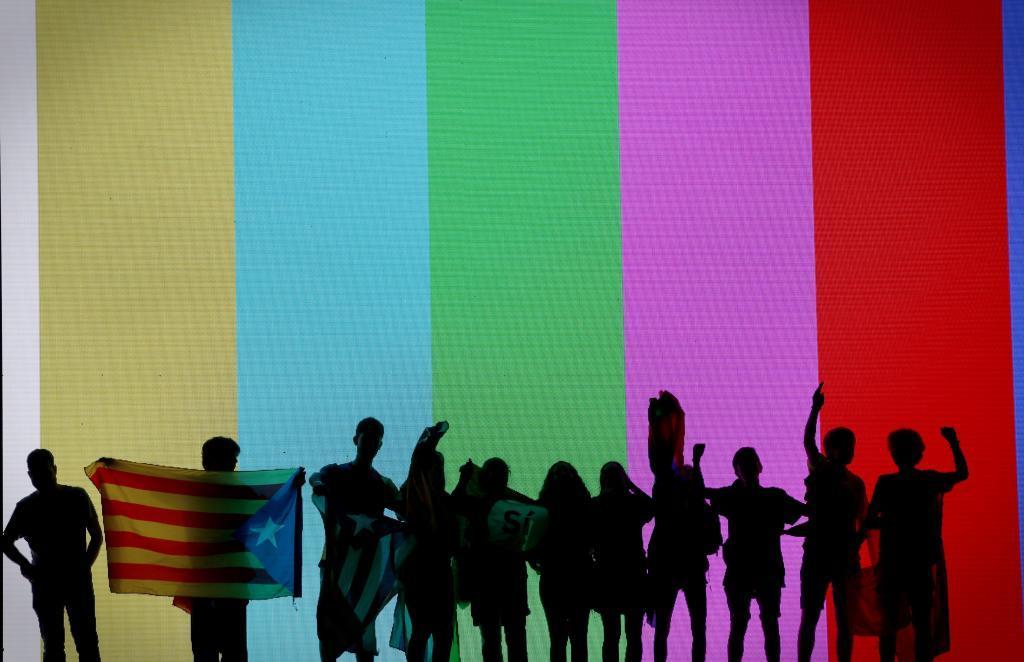 En la imagen, unos jovenes frente a una pantalla tras el acto.