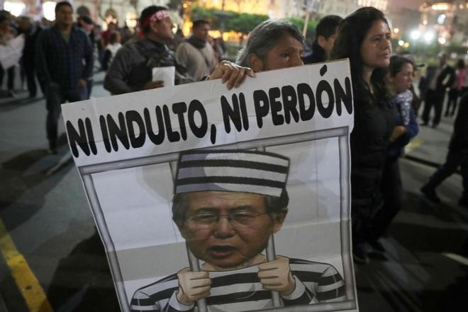 Cientos de personas durante el Gobierno del ex presidente peruano Alberto Fujimori, protestan ayer, en Lima.