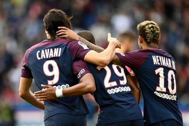Cavani, Mbappe y Neymar celebran uno de los goles del PSG ante el Girondins.