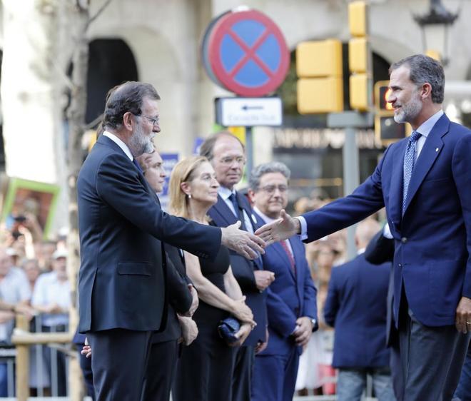 Mariano Rajoy saluda a Felipe VI durante la manifestación tras los...
