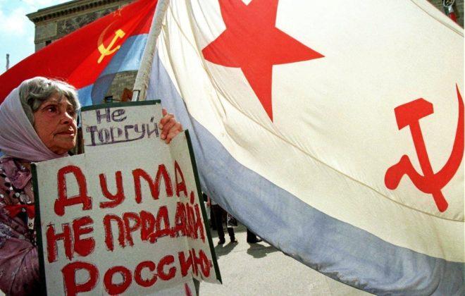 Una simpatizante comunista, en una protesta contra la disolución de...