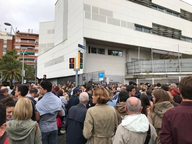 En la escuela Font Pienc de Barcelona recomiendan a los numerosos  ciudadanos que hacen cola que vayan a comer y vuelvan por la tarde ya que  el proceso de ... 5fba3e046fe