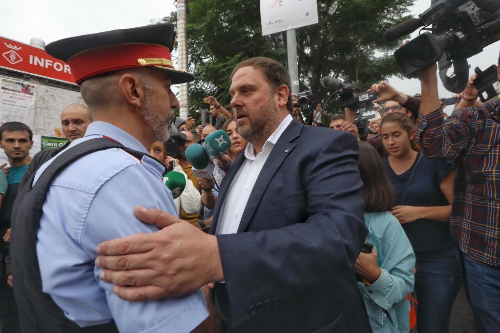 El vicepresidente de la Generalitat, Oriol Junqueras, saluda a un...
