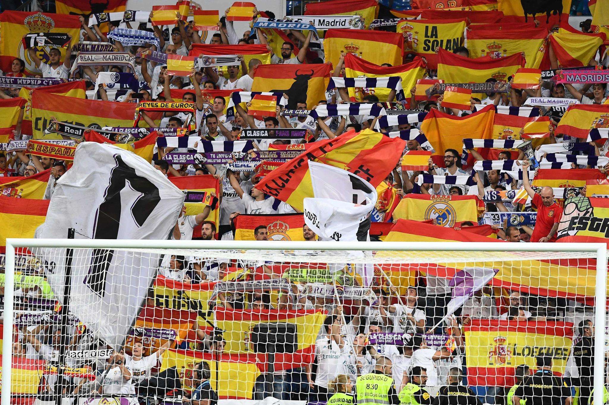 La afición del Real Madrid ha enarbolado miles de banderas de España en el  partido del conjunto blanco contra el RCD Espanyol 2c346134903