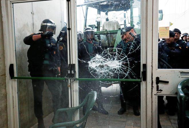 Agentes de la Policía Nacional rompen la puerta del polideportivo...