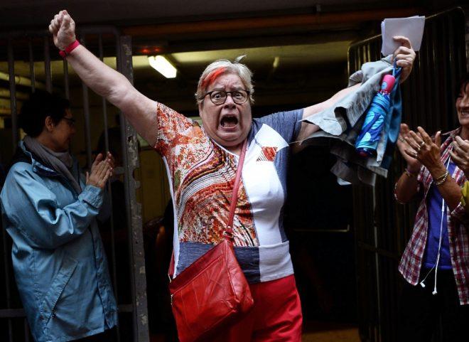 Una mujer celebra con efusividad haber logrado votar ayer en uno de...