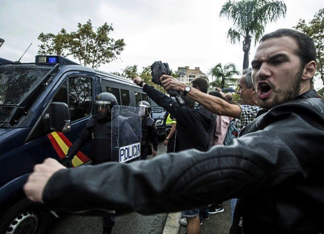 Manifestantes reivindican el referéndum catalán al paso de la...