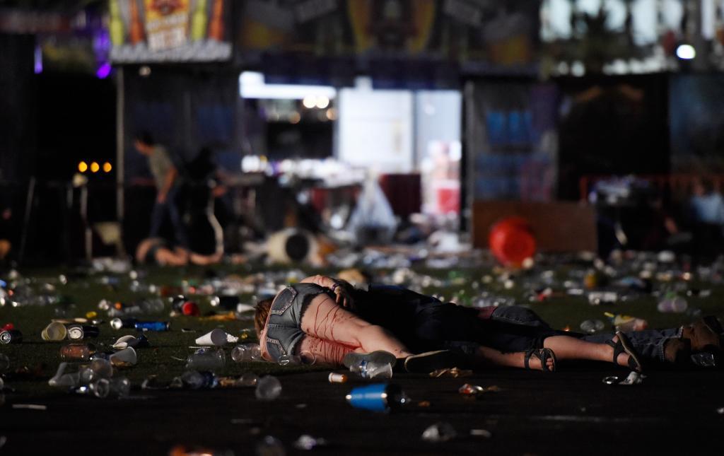 Una mujer herida yace en el suelo.