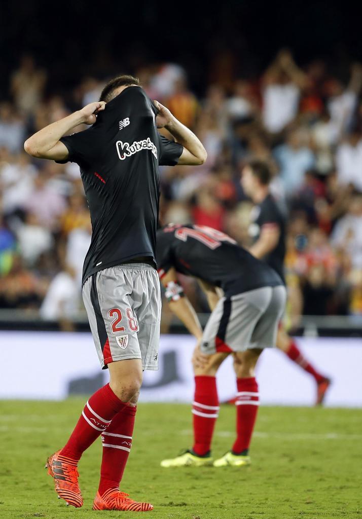 Córdoba se lamenta tras concluir el partido en Mestalla.