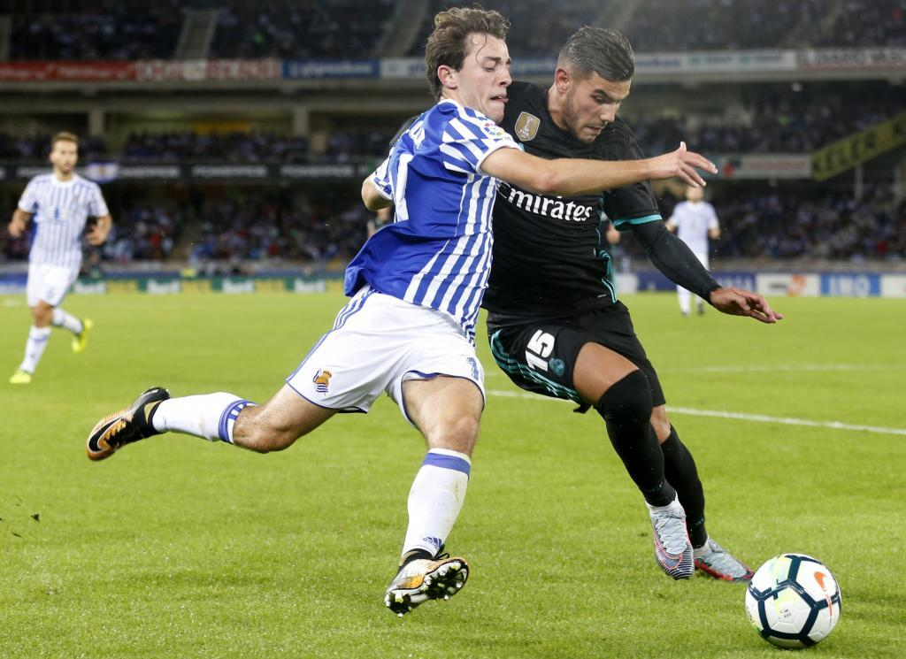 Álvaro Odriozola disputa un balón a Theo Hernández, del Real Madrid.