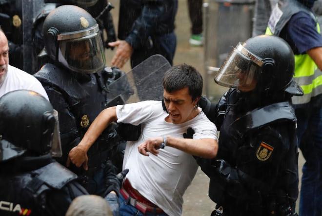 Policías apartan a un joven concentrado en el colegio Ramón Llull de...