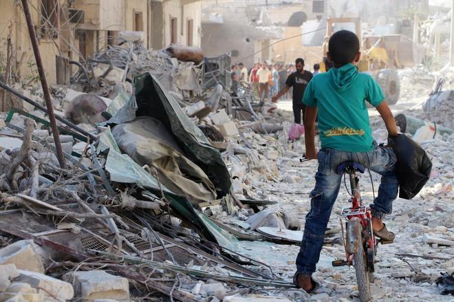 Sirios buscan supervivientes entre los escombros tras un ataque aéreo en la provincia de Idlib, al norte del país.