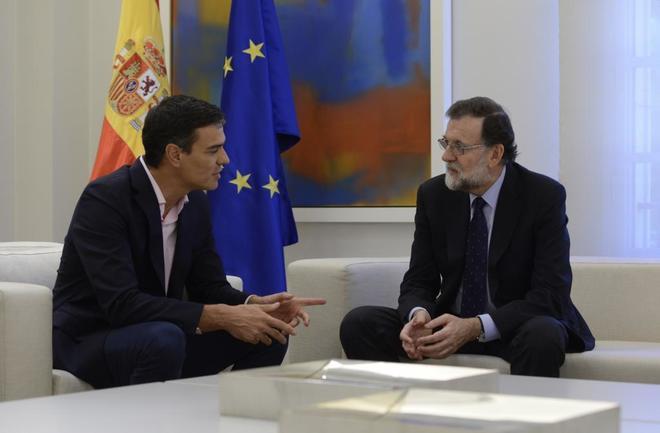 Pedro Sánchez y Mariano Rajoy, durante su encuentro en el Palacio de...