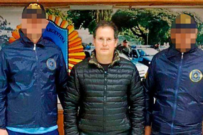 El ex concejal de Marbella, Carlos Fernández, con los policías argentinos que le detuvieron.