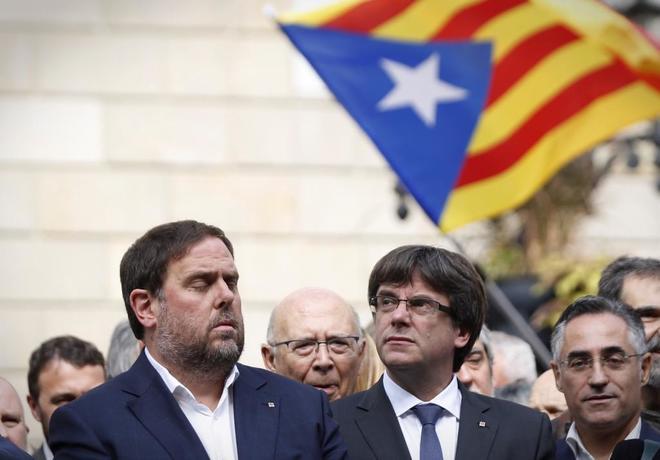 Oriol Junqueras y Carles Puigdemont, en la concentración frente al...