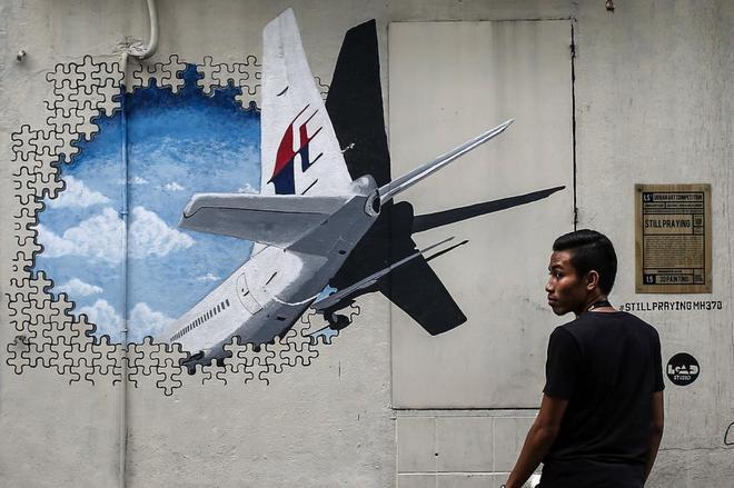 Fotografía de archivo que muestra un mural con el vuelo desaparecido MH370.