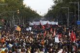Cientos manifestantes bajan desde el barrio de Gràcia, este martes,...