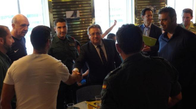Zoido comparte desayuno con los agentes desplegados en Barcelona.