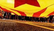 Estudiantes se manifiestan con una 'estelada', ayer en Barcelona.