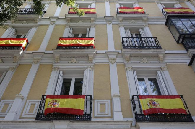 Con la bandera de España