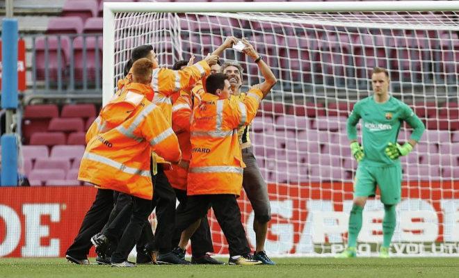 Momento en el que saltó un espontáneo durante el Barcelona-Las Palmas.