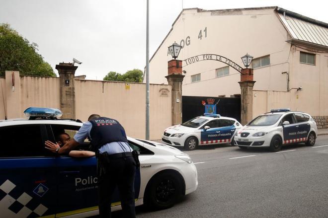 Los Mossos d'Esquadra frente al cuartel de la Guardia Civil de Sant...