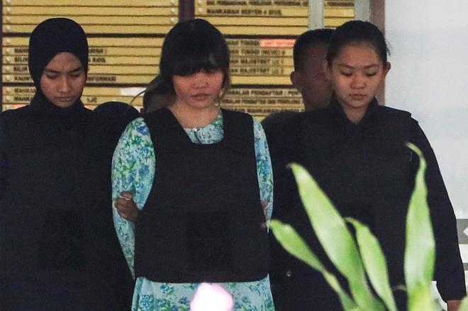 La vietnamita Doan Thi Huong (c), detenida por ser presunta autora del...
