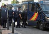 Agentes de la Policía Nacional abandonan el hotel donde estaban...