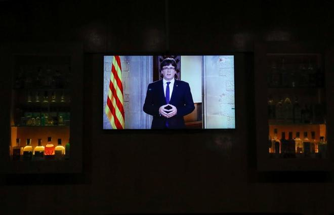 El discurso de Puigdemont a través de la televisión de un bar de...